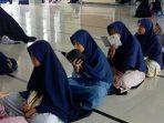 suasana santriwti sedang menghafal al quran di Pondok Yatim Dhuafa dan tahfidz Yayasan Mari Bantu, Tasikmalaya
