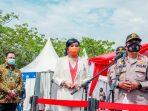 Kakorlantas Polri Irjen Pol Drs. Istinono, MH berfoto bersama Maya Miranda Ambarsari, Pemimpin PT Indo Cakra Abadi saat penyerahan donasi alat rapid test Cakra Covid-19